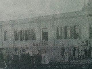 Escuela Nº 6 «Bernardino Rivadavia», cuyos orígenes históricos, se remontan al año 1861, y la antigua «Escuela Modelo», de Chivilcoy.