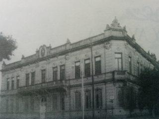 Inolvidable Escuela Nº 1 «Domingo F. Sarmiento», demolida en el mes de abril de 1970.