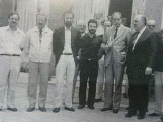 Histórica y memorable visita, del Dr. René G. Favaloro, a Chivilcoy y al Hospital Municipal, a fines del mes de noviembre de 1986. En la foto, junto a distintos médicos, del citado centro asistencial, y miembros integrantes de la Cooperadora.