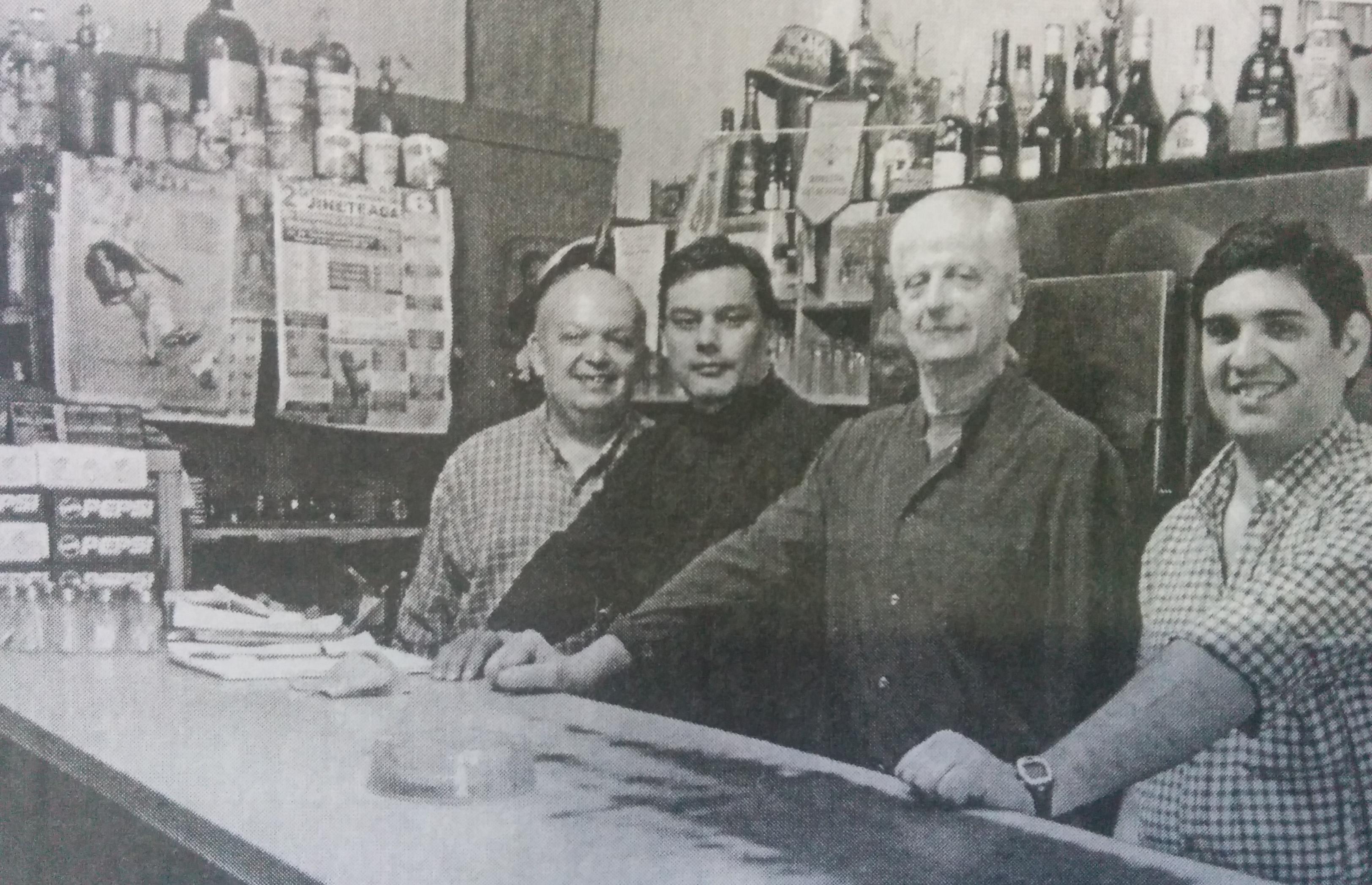 """El señor Jorge Scalerandi y sus colaboradores, en el tradicional Bar """"Mami""""."""