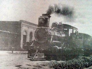 El tren, atravesando la calle Pueryrredón, en los primeros años, de la década de 1910.