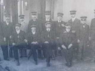 Personal y Operario de la Estación de la Estación, en la década de 1920.