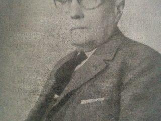 Don Juan Benjamín Lauhirat (1889-1969), socio, a partir de la década de 1920, y luego, uno de los principales accionistas y propulsores, de la citada firma comercial.