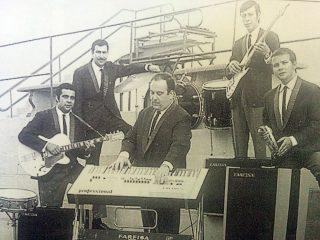El fotógrafo y músico, Rubén Osvaldo Lago, integrando el conjunto de Ricardo Nelson y «Los Platinos», en la década de 1970.