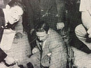 Colocación de la piedra fundamental, de la nueva sede, después del incendio, en marzo de 195. El presidente de la entidad, Juan Zanichelli, junto al presidente de la Subcomisión de Construcciones, Salvador Mángano.