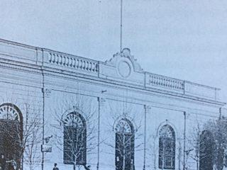 El antiguo edificio del Banco de la Provincia de Buenos Aires, ubicado sobre la calle San Martin. La sucursal chivilcoyana del Banco Provincia, abrió sus puertas,el 27 de noviembre de 1865. Se había cerrado, el 6 de julio de 1895, y nuevamente, se efectuó su reapertura, el 7 de enero de 1907.