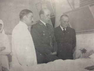 El presidente, Gral. Farrell, en el Hospital Municipal de Chivilcoy, junto a los doctores, Raúl María Gutiérrez y Vicente Báncora, y la religiosa, de la Orden Hija de San José, hermana Trinidad.