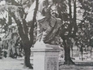 Estatua de Clio, la Musa de la Historia, ubicada en la plaza principal 25 de Mayo, frente al Palacio Municipal. En ese lugar, Don Valentín Fernández Coria, hubo de clavar la histórica pala, durante la memorable jornada fundacional, del domingo 22 de octubre de 1854.
