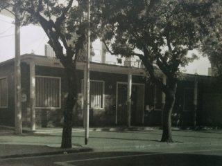 """Actual sede, de la Escuela Primaria Nº 6 """"Bernardino Rivadavia"""", sita en la intersección de la calle General Paz y la avenida Ceballos. Se inauguró oficialmente, el 21 de octubre de 1960."""