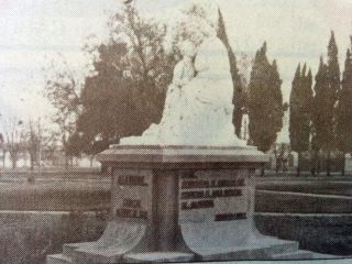 Monumento a la Madre, del gran escultor y docente chivilcoyano, profesor Antonio Bardi (1909-1988), inaugurado el domingo 16 de octubre de 1960.