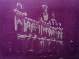 El Palacio Municipal, en una fotografía nocturna, de 1945.