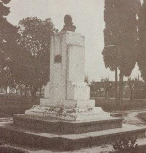 Busto del Dr. Mariano Moreno, en la plaza homónima, inaugurado el 21 de octubre de 1951. La obra, pertenece al gran escultor y docente chivilcoyano, profesor Antonio Bardi (1909-1988).