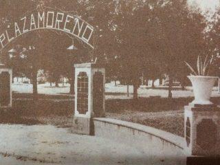 Inolvidable arco de entrada, de la plaza «Dr. Mariano Moreno», de nuestra ciudad. Se demolió, hace ya varios años, al llevarse a cabo la restauración de dicho paseo público.