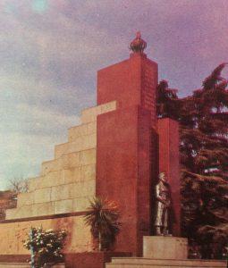 Monumento a los Fundadores de Chivilcoy, en la plaza principal, 25 de Mayo. Se inauguró, en el 101 aniversario de nuestra ciudad, el 2 de octubre de 1955.