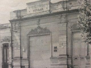 Antigua sede institucional, de la Biblioteca Popular «Dr. Antonio Novaro». Allí, funcionó la entidad, desde 1906, hasta 1979. En ese lugar, estuvo instalada, la carpa del circo, que representó, el 10 de abril de 1886, el » Juan Morerira», hablado, lo que significó, el gran nacimiento, en Chivilcoy, del Teatro Nacional.