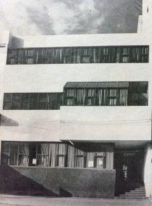 """Actual sede, de la Biblioteca Popular """"Dr. Antonio Novaro"""", en la calle Moreno Nº 30, inaugurada el 22 de octubre de 1978."""