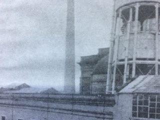 El antiguo edificio de la Usina de las Aguas Corrientes, sobre la primera cuadra de la calle Necochea, que se construyó, durante el gobierno municipal de Don Carlos Ceballos, en 1889.