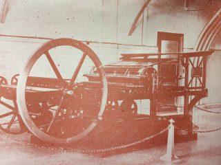 Primera plana impresora, del matutino «La Razón». Se utilizó desde 1910, hasta 1930.