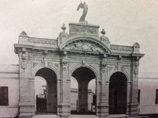 Majestuoso pórtico del Cementerio Municipal, inaugurado el 6 de noviembre de 1893.