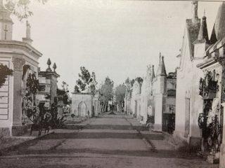 Bóvedas, del «Cementerio viejo», en la zona geográfica de la avenida 22 de Octubre. Inaugurada en 1865, dicha necrópolis, se clausuró en 1893.