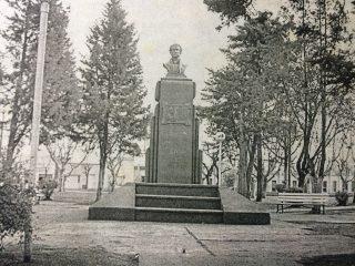 Plaza Florencio Varela. El busto del prócer, se inauguró el 22 de octubre de 1936.