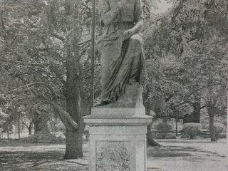 Plaza principal, 25 de Mayo. La estatua de Clio, la Musa de la Historia, que data de 1888.