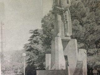 Plaza 25 de Mayo. Monumento al Gral. José de San Martín, inaugurado el 17 de agosto de 1979.