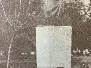 Plaza 25 de Mayo. Busto del poeta Carlos Ortíz, que se inauguró el 22 de octubre de 1939.