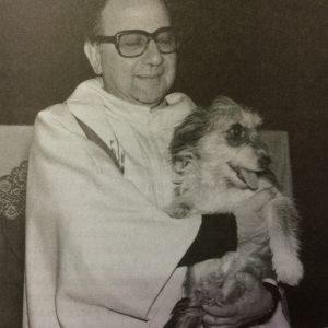"""El padre Zaccardi, junto a su fiel perrito """"Epitalamio""""."""