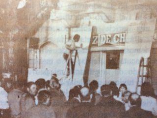 Fachada del edificio, del matutino «La Voz de Chivilcoy», en la avenida Sarmiento Nº 32. El día de las elecciones, domingo 11 de marzo de 1973, el público, reunido frente al diario, consultaba las cifras y resultados de los comicios generales, de esa fecha; los cuales eran anotados en un pizarrón, por el periodista, Rodolfo Raúl Gandolfo.