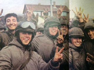 El joven conscripto chivilcoyano, Carlos Javier Carretoni, junto a sus compañeros, en «Puerto Argentino», de las Islas Malvinas. Dicha fotografía, se publicó en las páginas, de un número extraordinario de la revista porteña «Gente», el 13 de mayo de 1982.