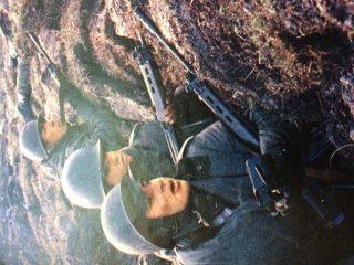 Imágenes del sangriento conflicto bélico, del Atlántico Sur, entre la Argentina y Gran Bretaña. Se inició el 2 de abril de 1982, con la recuperación de las Islas Malvinas, y finalizó, a mediados de junio, de ese mismo año, al producirse la capitulación de las tropas, de nuestro país.