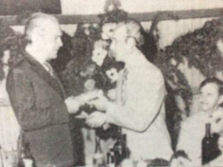 El destacado y prestigioso abogado, dirigente político y hombre público, Dr. José Francisco Falabella, gran colaborador del Aero Club, recibiendo una distinción, por parte del presidente de la entidad, Hugo Natalio Nicolini (1934-1976), durante el vigésimo aniversario de la institución, en diciembre de 1974.