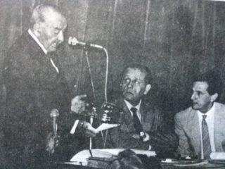 El Dr. René Favaloro, en el homenaje, brindado al Dr. Santiago Fornos, (1856-1919), en la Agrupación Artística Chivilcoy, el viernes 28 de noviembre de 1986. Junto a él, el Dr. Raúl María Gutiérrez, y el Dr. Juan Manuel Iglesias, director del Hospital Municipal.