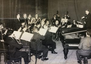 Orquesta de Cámara de Chivilcoy, creada por el notable y prestigioso músico, compositor y docente, profesor Pascual Antonio Grisolía  (1904-1983). Fotografía, correspondiente a una actuación, del 25 de Mayo de 1964, en la sala  del Cine-Teatro Metropol.