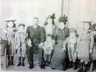 Carlos Rothenburger, uno de los fundadores, junto a su hermano David, de la siempre recordada Cervecería «Rothenburger», el 9 de octubre de 1876. En la estampa fotográfica, el nombrado, aparece, en compañía de su esposa e hijos. Dicha Cervecería chivilcoyana, cerró sus puertas, en el año 1926.
