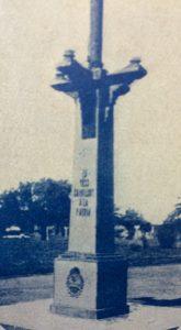 El mástil de la plaza principal 25 de mayo, inaugurado el 17 de diciembre de 1933, a través de una estampa fotográfica, de la época.