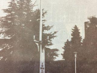El mástil de la plaza 25 de Mayo, que se inauguró el 17 de diciembre de 1933, como el «Monumento a la Bandera».