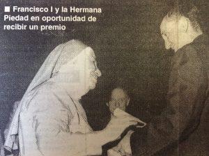 """La """"Hermana Piedad"""", junto al Cardenal, Monseñor Jorge Mario Bergoglio, hoy, el Sumo Pontífice, Francisco I. Los unía, una sincera y entrañable amistad, y Monseñor Bergoglio, despidió a la """"Hermana Piedad"""", presidiendo la misa de cuerpo presente, que despidió sus restos."""