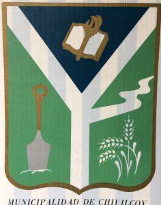 """Escudo de Chivilcoy, aprobado mediante ordenanza Nº 1627, el 29 de noviembre de 1977, durante la administración municipal, del ingeniero José María Ferro. Constituye uno de los tres símbolos o emblemas, de nuestra ciudad, junto al """"Canto a Chivilcoy"""" (1954), y la """"Bandera de Chivilcoy """"(2008)""""."""