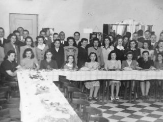 Reunión social, en el Salón de la Confitería Vallerga (Década de 1950).