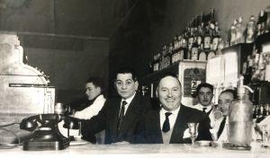Don Humberto Ferrari y Don Domingo Gesualdo (1898-1972), propietarios del Bar y Confitería Vallerga, un espacio clásico y tradicional, en el historial de nuestra vida social chivilcoyana. Don Domingo Gesualdo, fue socio de Don Humberto Ferrari, entre los años 1938 y 1958.