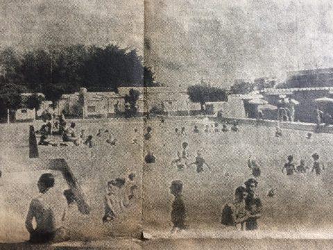 Imagen del campo de deportes, de el club Deportivo Colón «Lucio Zanichelli», que se había inaugurado, en fecha reciente. Muchos vecinos chivilcoyanos, disfrutaron, de la natación y el jubiloso recreo y esparcimiento, durante la jornadas de verano, que hubieron de alcanzar, una temperatura máxima de 32 grados