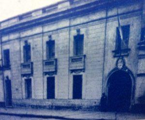 """Fachada del edificio, de la Comisaria de Policía, de Chivilcoy, inaugurado el 1 de enero de 1929, bajo la gestión municipal de Don Juan Manuel Oteiza. El inmueble, se encuentra ubicado, en la calle San Martín Nº 75, y reemplazó a la """"Vieja Comisaría"""", que estaba situada en la calle Lavalle Nº28."""