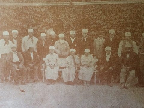 Grupo de ancianos, alojados en las instalaciones del Hospital Municipal, hacia el año 1937. En aquella época no existían en Chivilcoy, asilos u hogares, para la tercera edad. El Hogar de Ancianos «Juan B. Lauhirat», se creó posteriormente, el 12 de enero de 1945, y el edificio de su sede, sobre la avenida «Hijas de San José», frente al Hospital Municipal, se inauguró el 24 de enero de 1959.