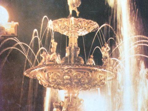 La simbólica fuente de la Diosa Hebe, colocada en el centro de la plaza principal 25 de Mayo, hacia 1886. Constituye, sin dudas, un gran emblema representativo de Chivilcoy.