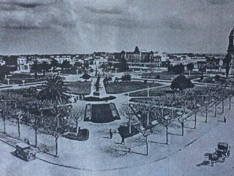 La plaza 25 de Mayo, en una imagen fotográfica panorámica, de principios del siglo XX.