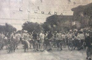 """La """"Vuelta de los locos"""", en diciembre de 1974. La tan popular y tradicional competencia chivilcoyana, organizada por el club Atlético Independiente, había comenzado, en el mes de diciembre de 1969."""