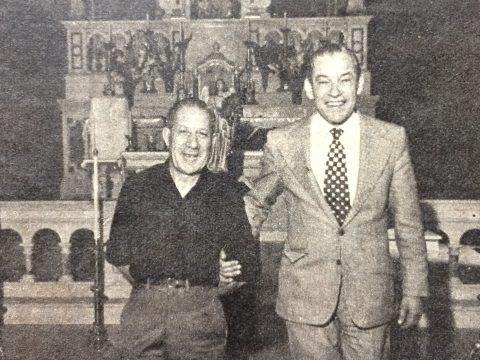 El Dr. Falabella acompañado, por el presbítero Toribio G. de la Calva, titular de la parroquia Nuestra Señora del Carmen (Año 1973).