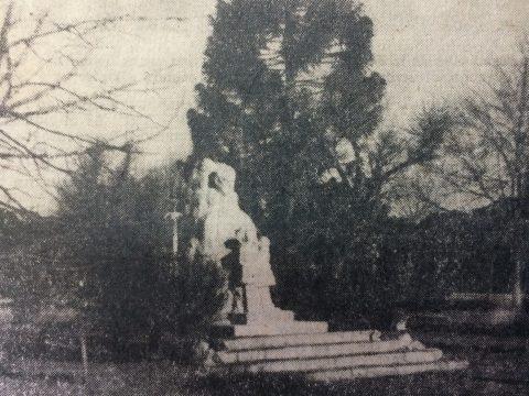 El monumento a Don domingo Faustino Sarmiento, en la plaza 9 de julio, inaugurado el 25 de mayo de 1944. (Fotografía del mes de enero de 1969).